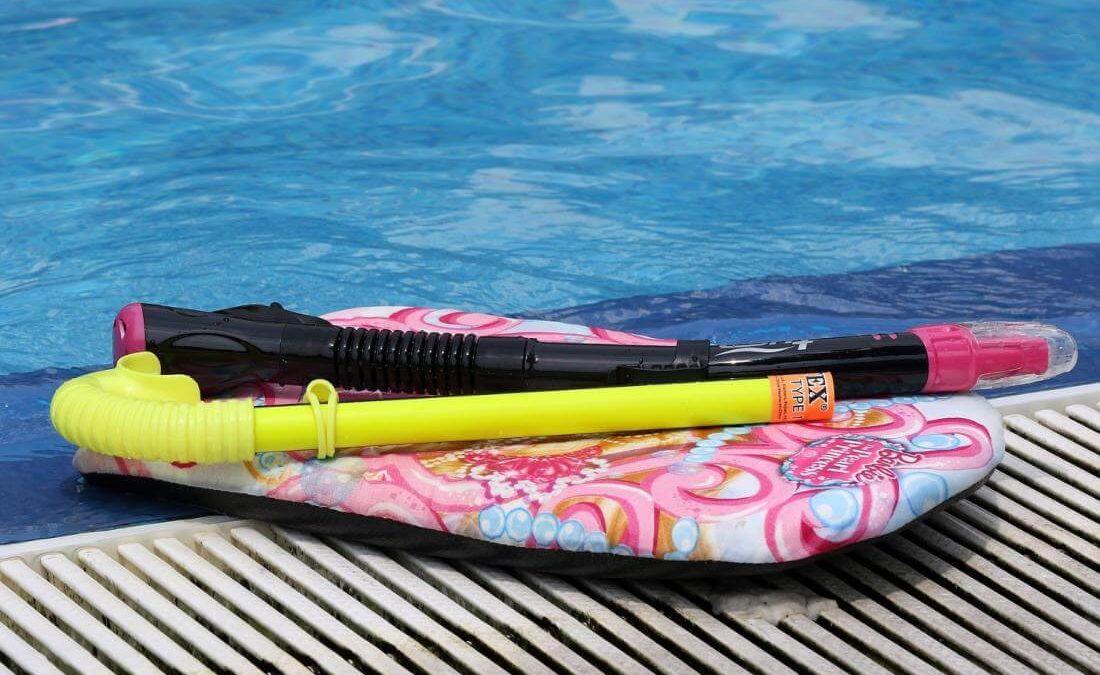 Deska do pływania – jaką kupić? Deska do nauki pływania dla dzieci i dla dorosłych