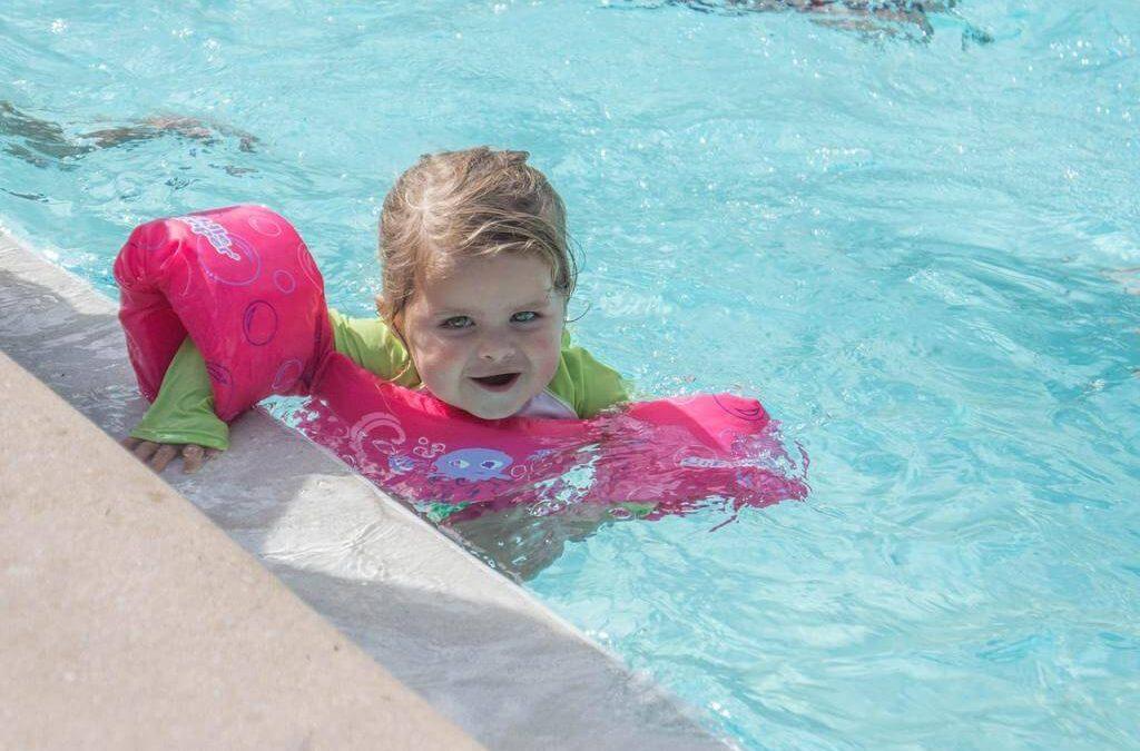 Dmuchane rękawki na basen – jakie kupić? Wybieramy najlepsze rękawki do pływania dla dzieci