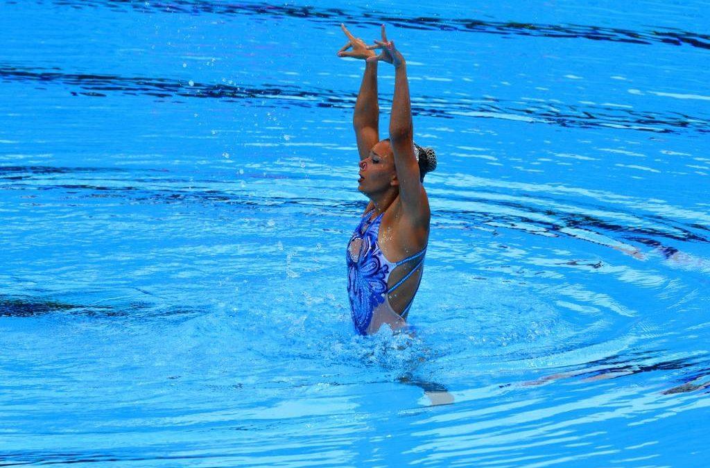 Pływanie artystyczne – połączenie tańca, gimnastyki i pływania. Czym jest pływanie synchroniczne?